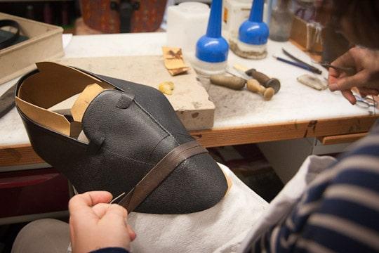 1262049 500 a 600 paires de chaussures realisees par an - Comment fabriquer une paire de chaussures