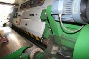 machine ponçage nubuck 300x200 - Cuir suédé : définition, entretien, avantages et inconvéniants