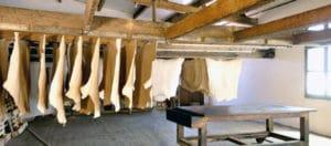 peaux 300x132 - Fabrication du cuir : bonnes pratiques et choses à éviter