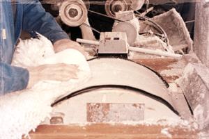 ponçage cuir 300x200 - Cuir suédé : définition, entretien, avantages et inconvéniants