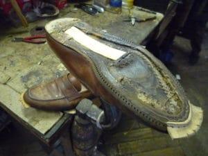 ressemelage semelle cuir 300x225 - Les réparations courantes pour vos chaussures