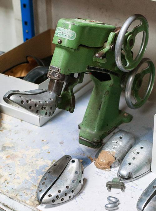 mise sur forme souliers pour agarndir chaussures par un cordonnier1 - Comment agrandir des chaussures trop petites ?