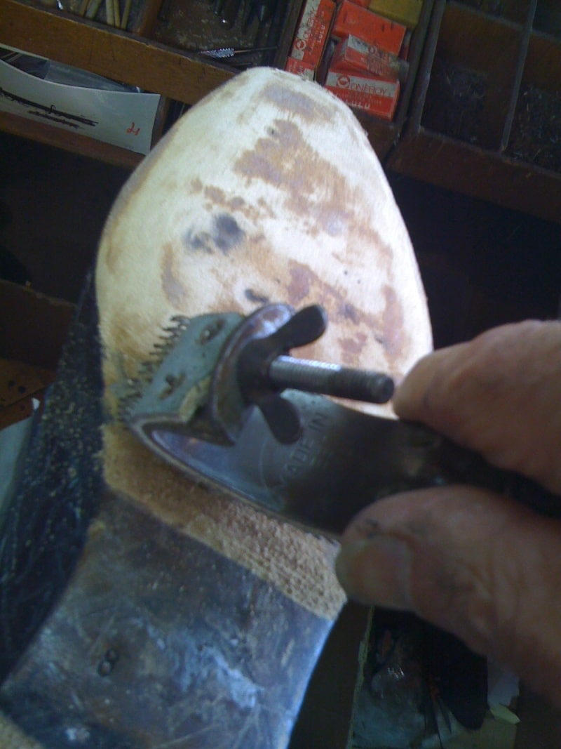 Cadrage à la main de la semelle en cuir