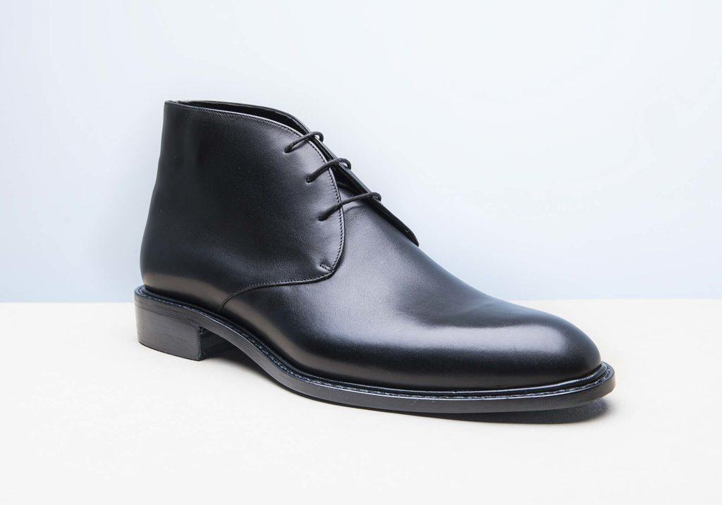 chukka noir 1024x717 - Chaussures en cuir noir: indispensables ou à éviter ?