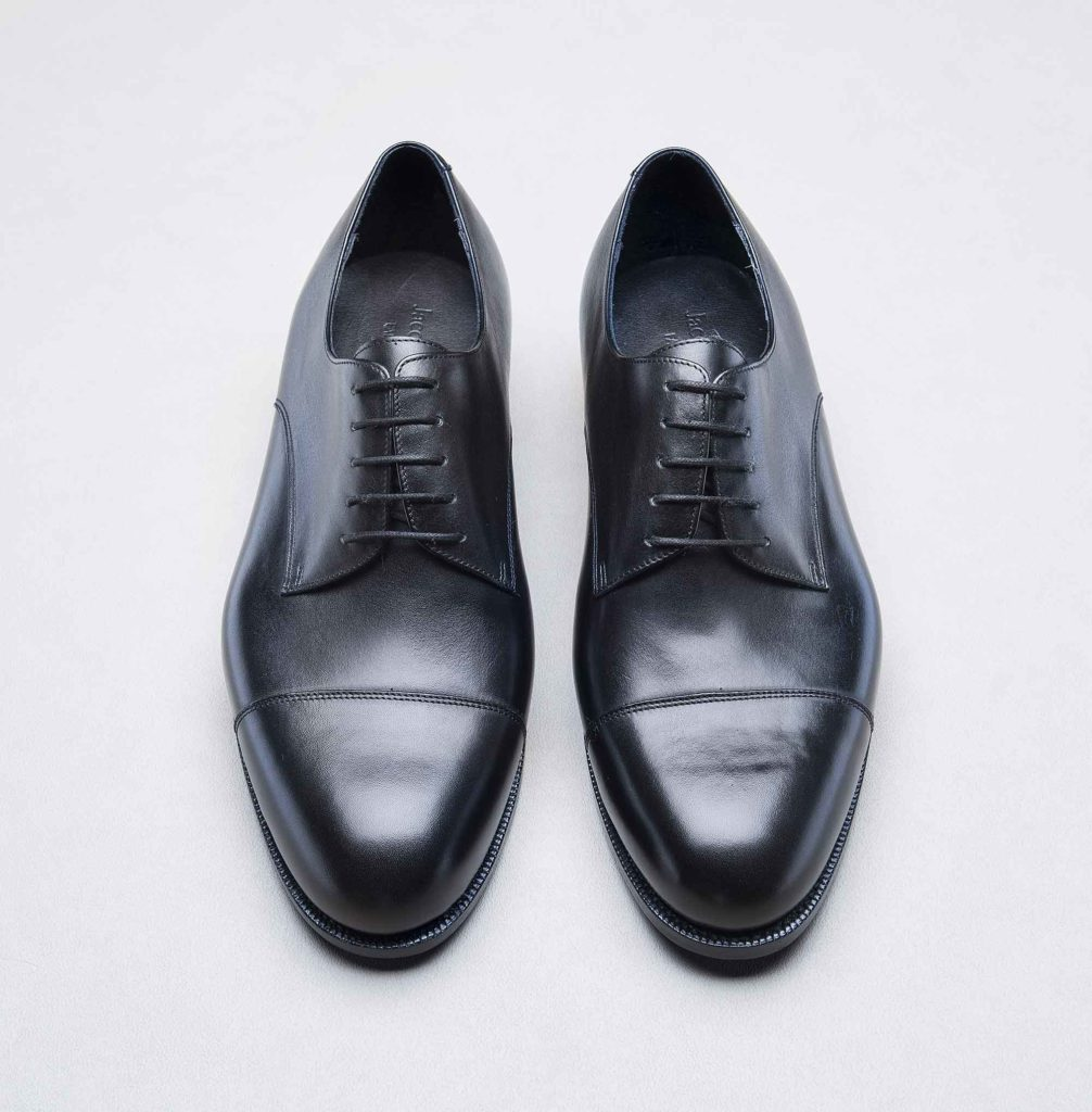 derby bout droit noir 1006x1024 - Chaussures en cuir noir: indispensables ou à éviter ?