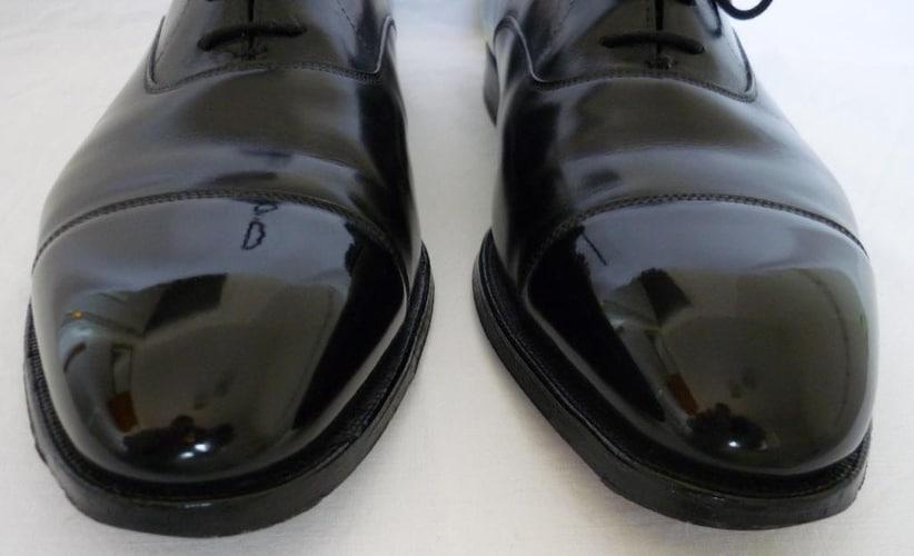 Un glaçage miroir sur le bout de vo chaussures noir peut apporter une touche en plus