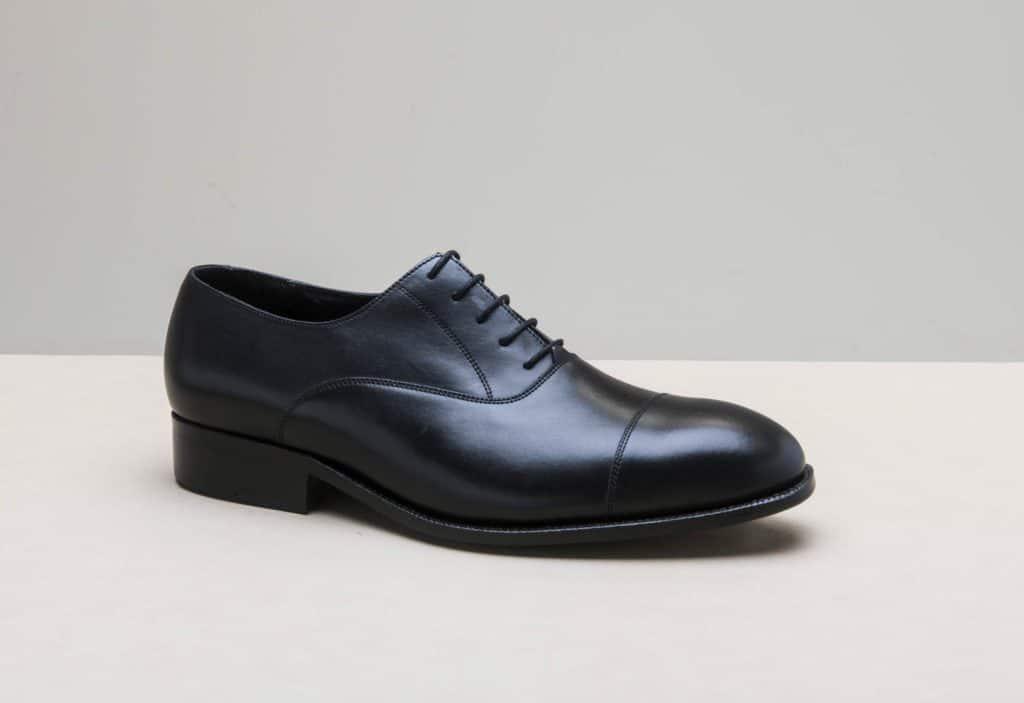 richelieu bout droit noir 1024x703 - Chaussures en cuir noir: indispensables ou à éviter ?