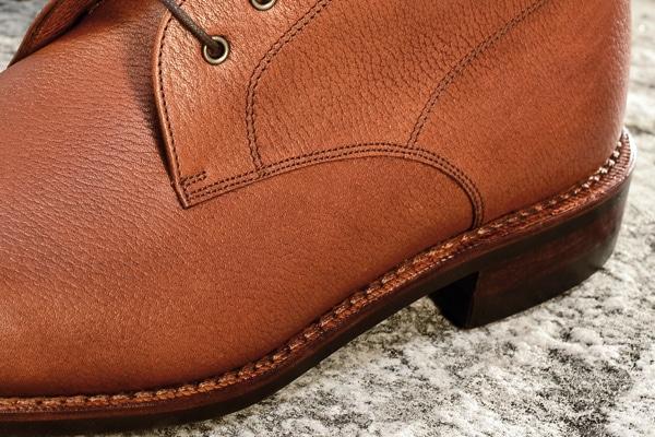 Ici on voit bien que la trépointe et la couture petits points font tout le tour de la chaussure avec le débordant à l'arrière du talon - Photo: Karim Louiba