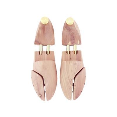 Les classiques embauchoirs en bois brut restent votre plus fidèle allié pour faire sécher correctement vos chaussures.