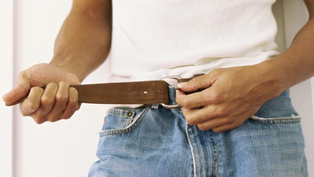 un homme se serre la ceinture 10729196qxpci 1713 - Ceinture pour homme en cuir : le guide complet